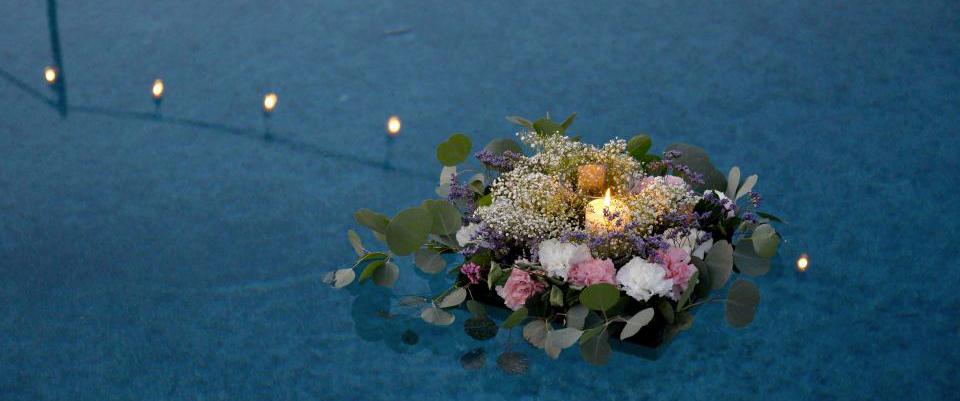 Hommage dispersion des cendres en mer avec des fleurs